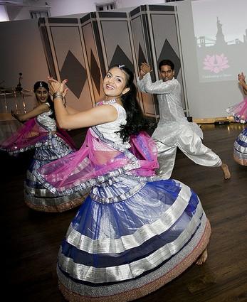 Sakhi_gala_dancers